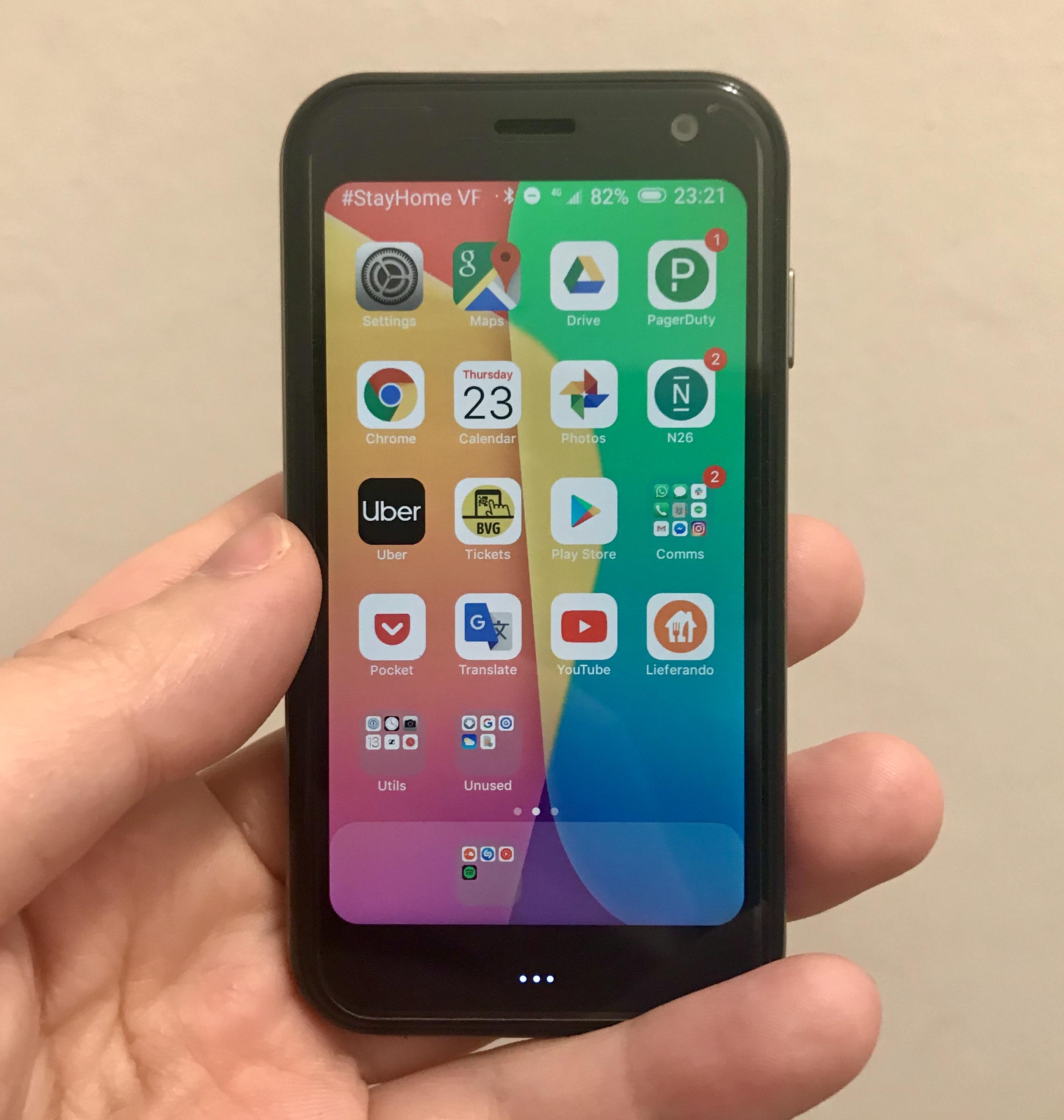 iOS風のランチャーを使うとさながらiPhone XXSという風貌だ